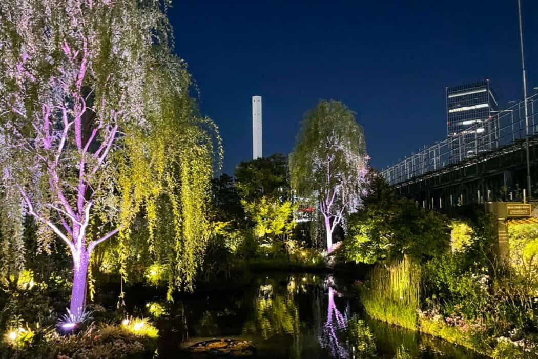 食と緑の空中庭園 睡蓮の庭 夜